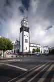 Tour d'horloge blanche de cathédrale - sao Miguel Ponta D des Açores Portugal Images stock