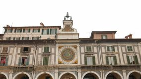 Tour d'horloge dans le bungalow de della de Piazza à Brescia clips vidéos