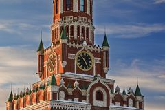 Tour d'horloge de Kremlin dans les rayons du coucher de soleil Image libre de droits