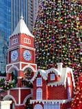 Tour d'horloge de Noël et grand arbre de Noël Photo stock