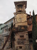Tour d'horloge de penchement (Tbilisi, Géorgie) Images stock