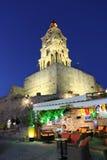 Tour d'horloge de Roloi dans la vieille ville de Rhodes par nuit La Grèce images stock