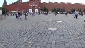 Tour d'horloge de Spasskaya, Moscou Kremlin, place rouge Panorama vertical de ciel bleu avec le steadicam Date le 18 juin 2017 clips vidéos