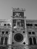 Tour d'horloge de St Mark à Venise en noir et blanc Photos stock