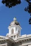 Tour d'horloge de tribunal du comté par des arbres dans Missoula, Montana Photographie stock libre de droits
