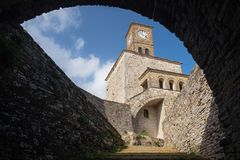 Tour d'horloge en Albanie images libres de droits
