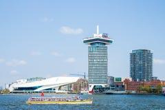Tour d'institut du film et de Shell Oil d'OEIL dans le port d'Amsterdam IJ photographie stock libre de droits
