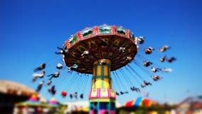 Tour d'oscillation de carnaval à la foire banque de vidéos