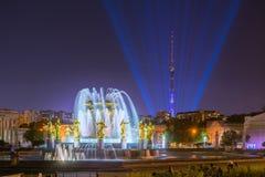 Tour d'Ostankino TV et amitié de fontaine de peuples chez VDNKh Photographie stock