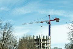 Tour d'une grue de construction photo stock