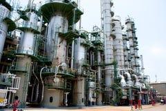 Tour dans l'usine pétrochimique Photographie stock libre de droits