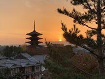 Tour dans le beau coucher du soleil images libres de droits