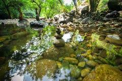 Tour de équilibrage de roches pour la pratique en matière de méditation de zen photographie stock