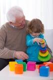 Tour de bâtiment de grand-papa et de petit-enfant photos stock