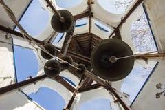 Tour de Bell à l'intérieur dans le monastère orthodoxe chrétien au jour d'hiver ensoleillé, horizontal images libres de droits