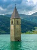Tour de Bell de l'église dans le lac Resia - 2 Photos stock