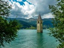 Tour de Bell de l'église dans le lac Resia - 1 Photo stock