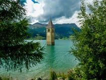 Tour de Bell de l'église dans le lac Resia - 4 Photographie stock