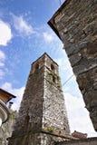 Tour de Bell de l'?glise construite avec les cailloux de marbre blancs Le village antique, c?l?bre pour son saindoux, est situ? a photos libres de droits