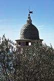 Tour de Bell parmi les oliviers Une église dans Cinque Terre immergée dans un verger olive photographie stock