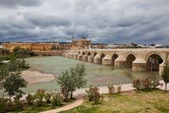 Tour de Calahorra et le pont romain Cordova l'espagne Images stock