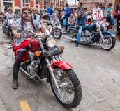 Tour de cavaliers de moto âgé par milieu dans le défilé Photo stock