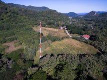 Tour de cellules blanches et rouges dans le village sur la montagne Images libres de droits