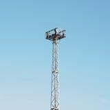 Tour de central téléphonique dans le ciel Images libres de droits