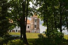 Tour de château antique par les arbres du parc Image stock
