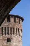 Tour de château italien médiéval sur le ciel bleu Photographie stock libre de droits