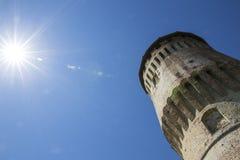 Tour de château italien médiéval sur le ciel bleu Photo stock