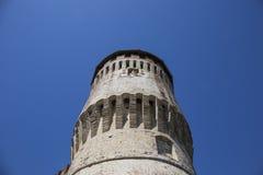 Tour de château italien médiéval sur le ciel bleu Photographie stock