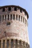Tour de château italien médiéval sur le ciel bleu Image stock