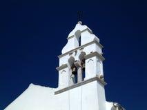 Tour de cloche blanche d'église. Image stock