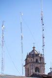 Tour de cloche de cathédrale avec les tours cellulaires Images stock