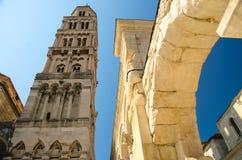 Tour de cloche de Domnius de saint au-dessus des bâtiments, fente, Dalmatie, Croate images stock