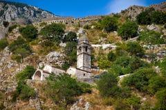 Tour de cloche en pierre de chapelle dans Kotor photos libres de droits