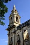 Tour de cloche de porte d'église paroissiale de St Publius le jour ensoleillé dans Floriana, Malte image stock