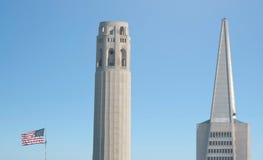 Tour de Coit et skyli dominant de San Francisco de pyramide de Transamerica image stock