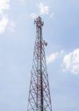 Tour de communication avec les antennes paraboliques Images libres de droits