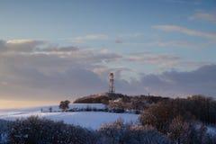 Tour de communication d'émetteur dans le paysage d'hiver Image stock