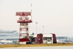 Tour de communication de radar d'aéroport Photographie stock libre de droits