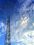 Tour de communication en ciel nuageux Images stock