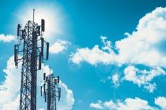 Tour de communication ou silhouette de cellsite de téléphone de réseau de 3G 4G sur le ciel bleu Photographie stock libre de droits