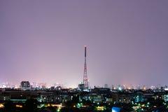 Tour de communication sur la ville de nuit Photo libre de droits