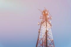 Tour de communication télé- de répétiteur avec le ciel bleu sur le fond Image modifiée la tonalité avec Image stock
