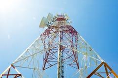 Tour de communications avec des antennes contre le ciel bleu photo stock