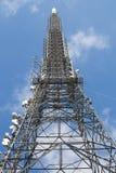 Tour de communications et ciel bleu Images stock