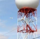 Tour de communications orange et blanche de radar Image stock