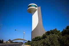 Tour de contrôle d'aéroport avec les skys clairs Image libre de droits